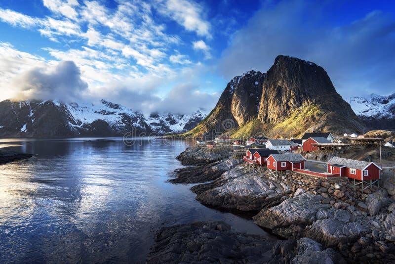 在春天日落-雷讷, Lofoten海岛的渔小屋 免版税库存图片