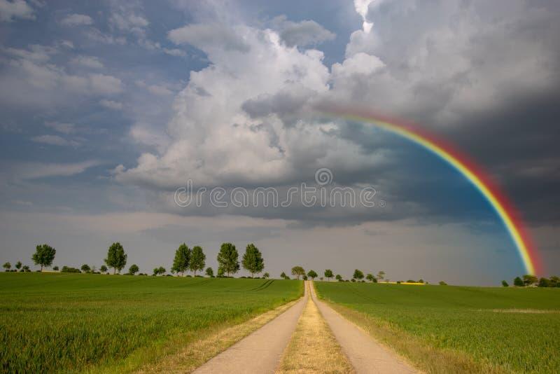 在春天风暴以后的彩虹 库存照片