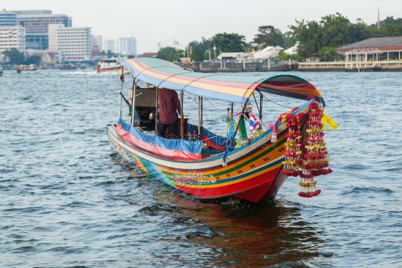 在昭披耶河的传统小船在曼谷 免版税库存图片