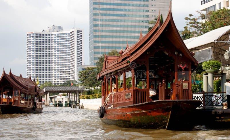 在昭拍耶河的传统小船在曼谷运载横跨镇的passagers, Thailnd 库存照片