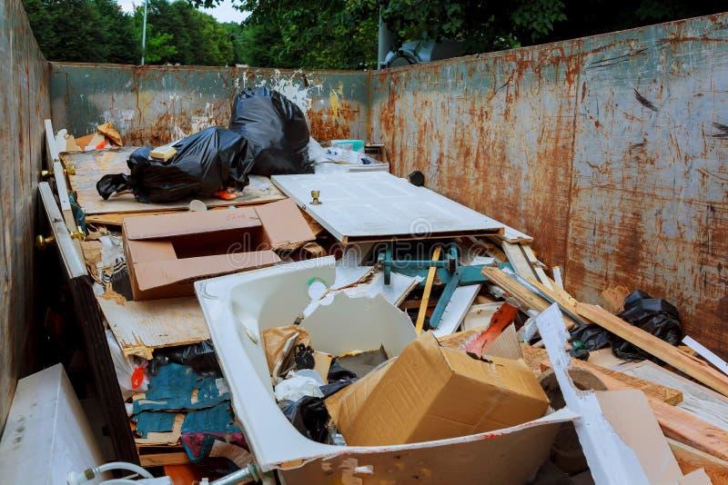 在是流动的大型垃圾桶的容器充分的与垃圾 免版税库存图片