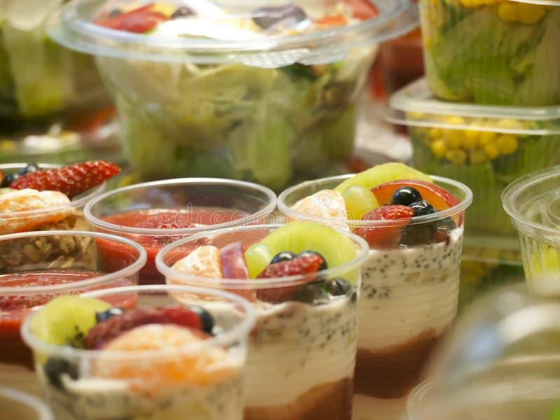 在显示、成熟果子和酸奶,在销售中的小部分,特写镜头的健康食品 免版税库存照片