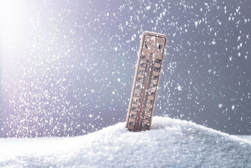 在显示低温的雪的温度计 免版税库存图片