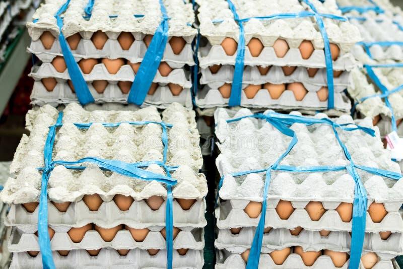 在显示器的很多鸡蛋待售在地方新鲜食品市场,热带巴厘岛,印度尼西亚上 免版税图库摄影