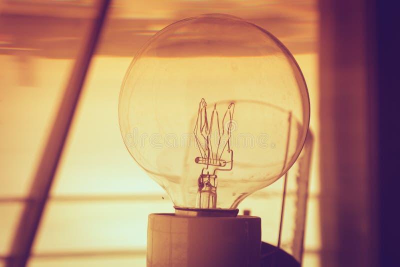 在显示电灯泡内部的灯塔里面 库存图片