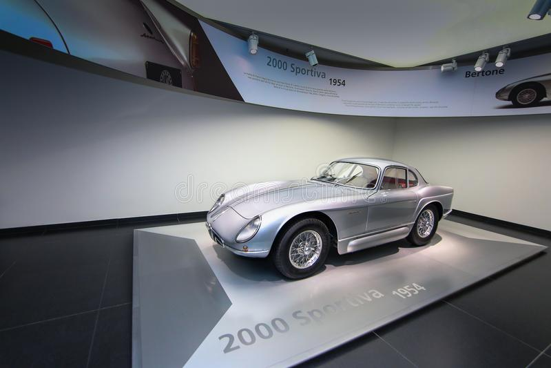 在显示的一个雄伟阿尔法・罗密欧2000年Sportiva模型在历史博物馆阿尔法・罗密欧 免版税库存照片