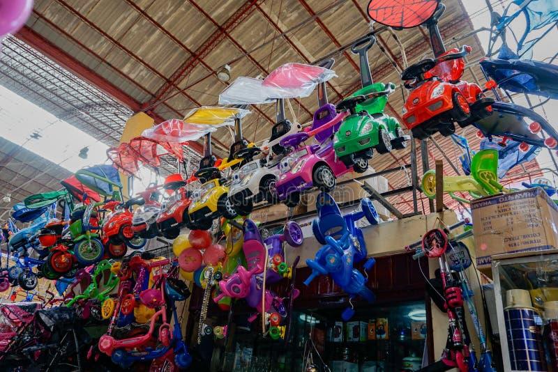 在显示的便宜的玩具在瓦拉斯上市场在秘鲁等待买家 免版税图库摄影