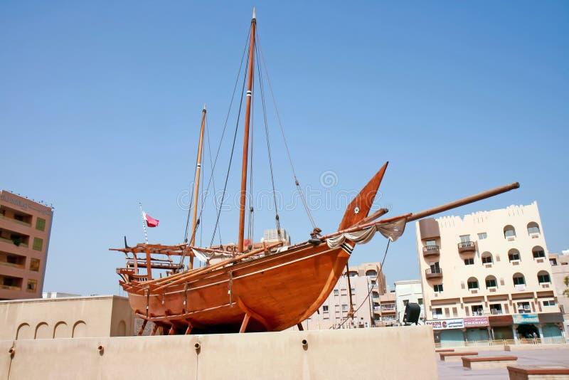 在显示的单桅三角帆船迪拜博物馆阿联酋外 免版税库存图片
