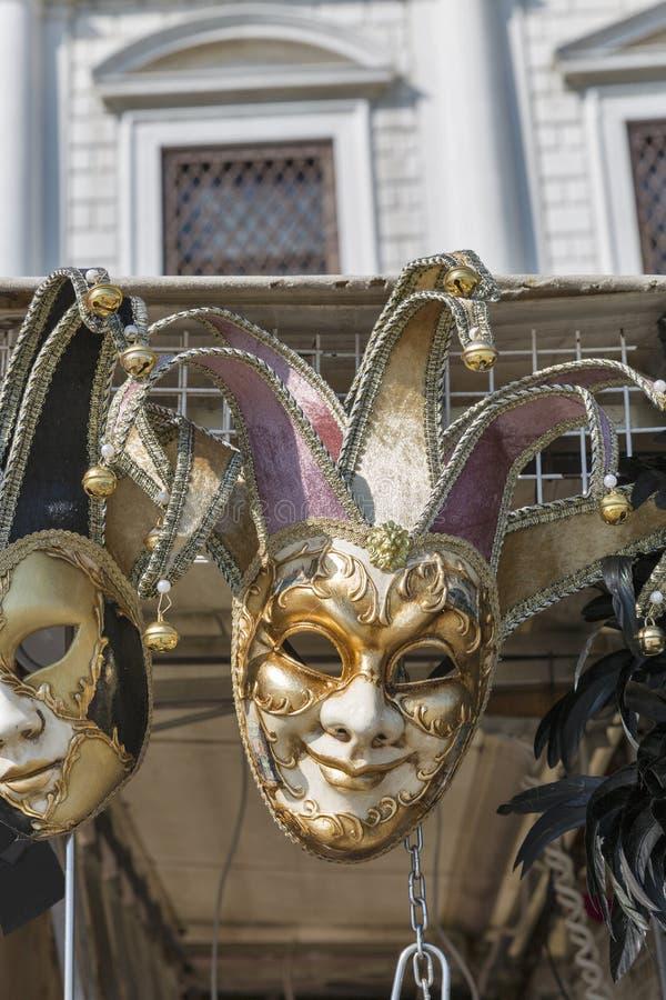 在显示的威尼斯式狂欢节面具室外在威尼斯,意大利 免版税库存图片