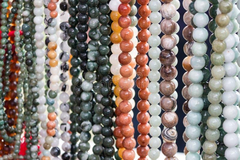 在显示的小珠项链在小珠购物 库存照片