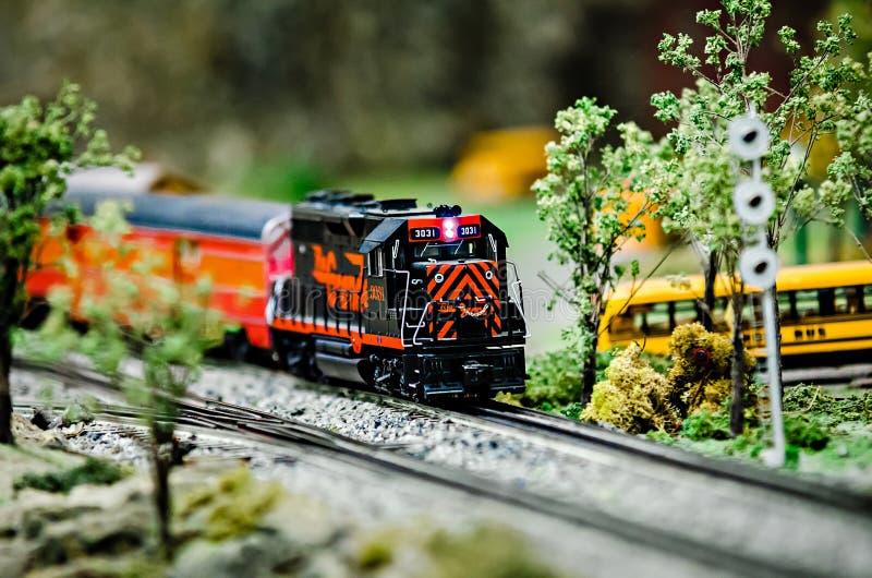在显示的微型玩具模型火车机车 库存图片