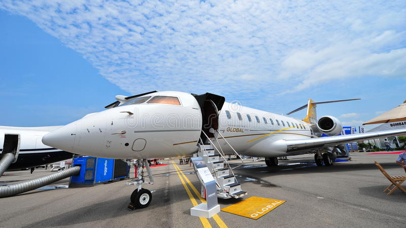 在显示的投炸弹者全球性6000位执行委员喷气机在新加坡Airshow 免版税库存图片
