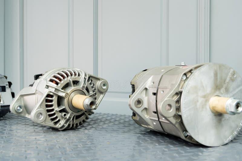 在显示的汽车交流发电机在金属架子/汽车零件 免版税库存图片