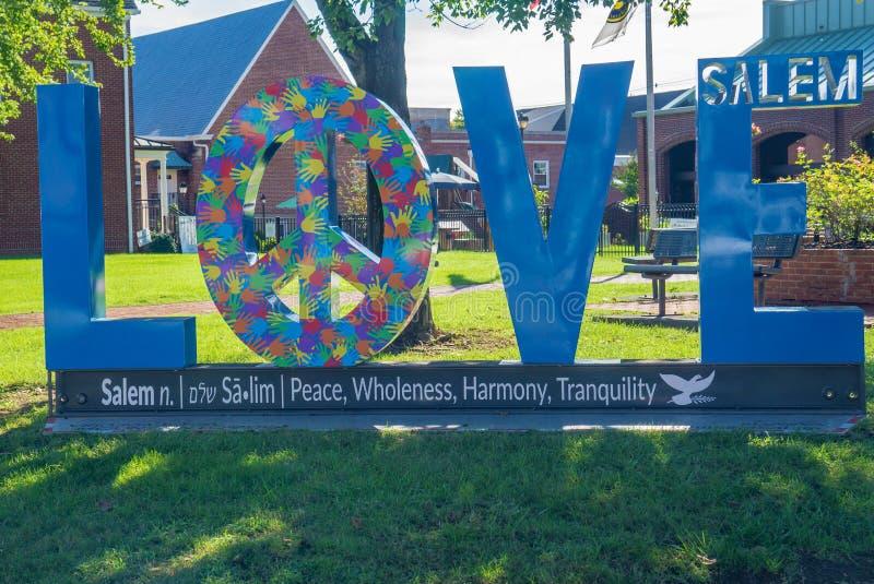 在显示的爱标志在街市萨利姆 弗吉尼亚,美国 库存照片