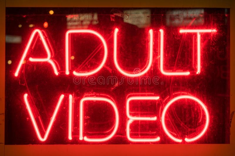 在显示的被阐明的红色霓虹成人录影标志 免版税库存图片