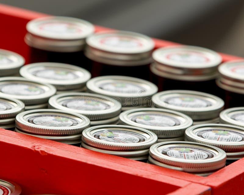 在显示的装于罐中的瓶子 免版税图库摄影