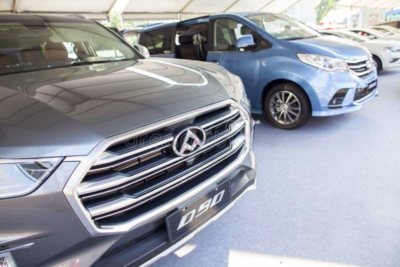 在显示的Maxus品牌中国汽车在东莞等候预期客户的汽车陈列 库存照片