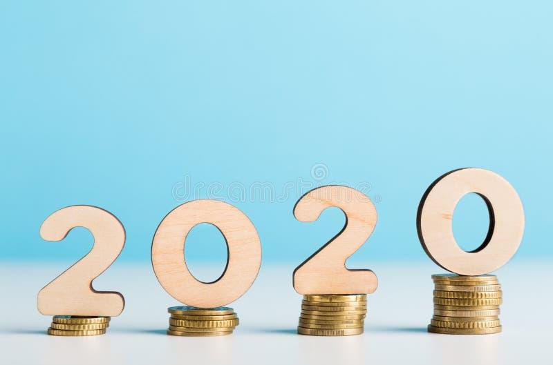在显示财政成长的硬币的大2020个木数字 库存图片