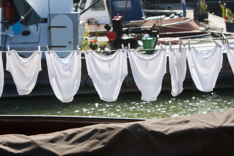 在晒衣绳的内衣在船 库存图片