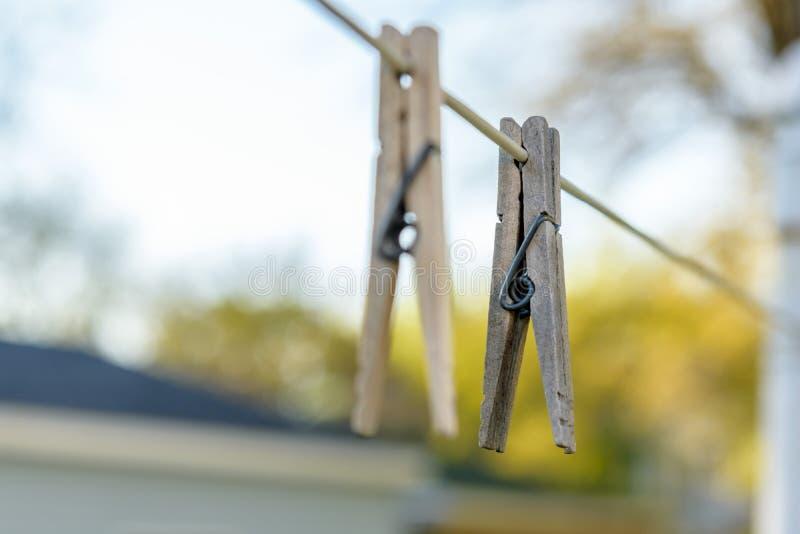 在晒衣绳的晒衣夹 图库摄影