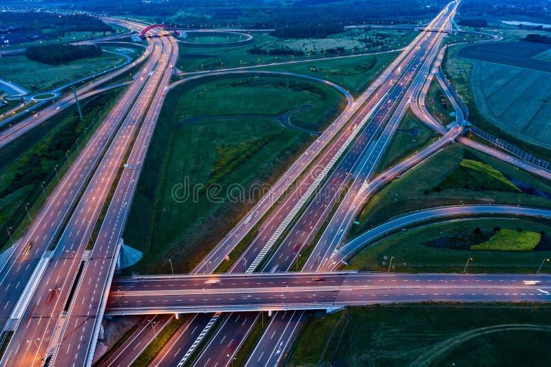 在晚上交通的鸟瞰图在机动车路连接点 免版税库存照片