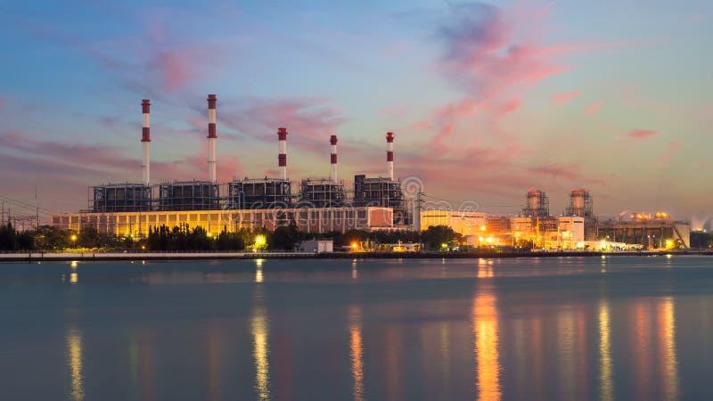 在晚上使锅炉环境美化在小河能源厂 电战俘 免版税图库摄影