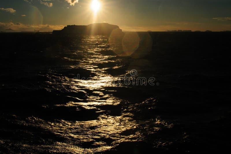 在晚上光的冰山 免版税库存图片