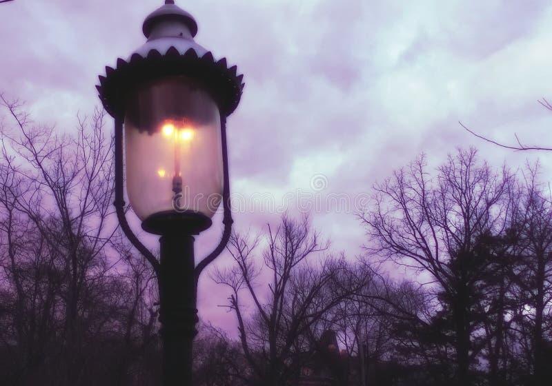 在晚上光的煤气灯 免版税库存照片