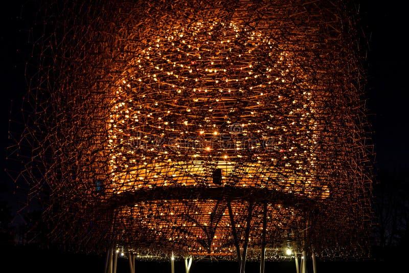 在晚上和钢被照亮的蜂房光 库存图片