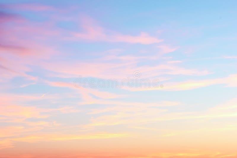 在晚上天空的日落 免版税库存照片