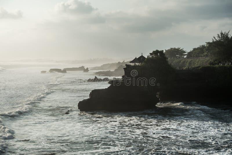 在晚上期间,巴厘岛海岸 免版税库存照片