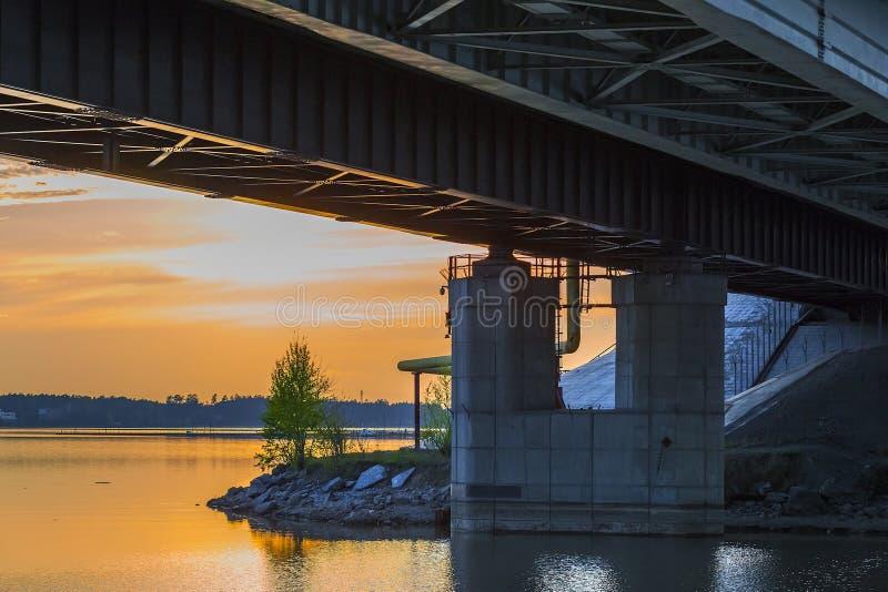 在晚上河的铁路桥 Berdsk,西伯利亚,俄罗斯 图库摄影
