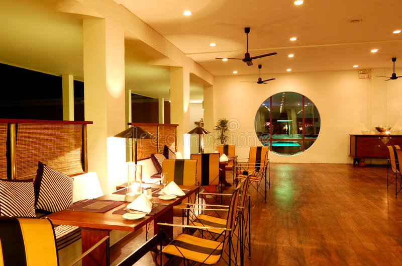 在晚上照明的现代餐馆内部 免版税库存照片