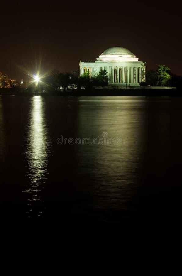 在晚上被反射的托马斯・杰斐逊纪念品 库存图片