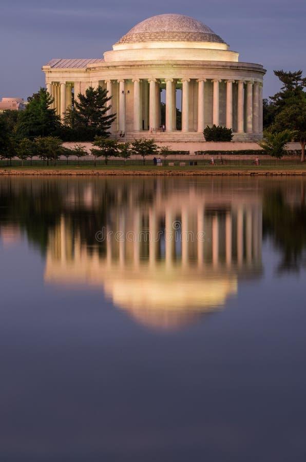 在晚上被反射的托马斯・杰斐逊纪念品 免版税库存图片