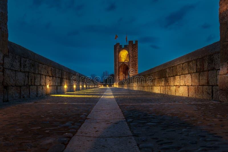 在晚上被启迪的Besalu桥梁 免版税库存图片