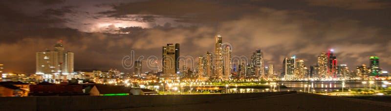 在晚上被打开的巴拿马城地平线 免版税图库摄影