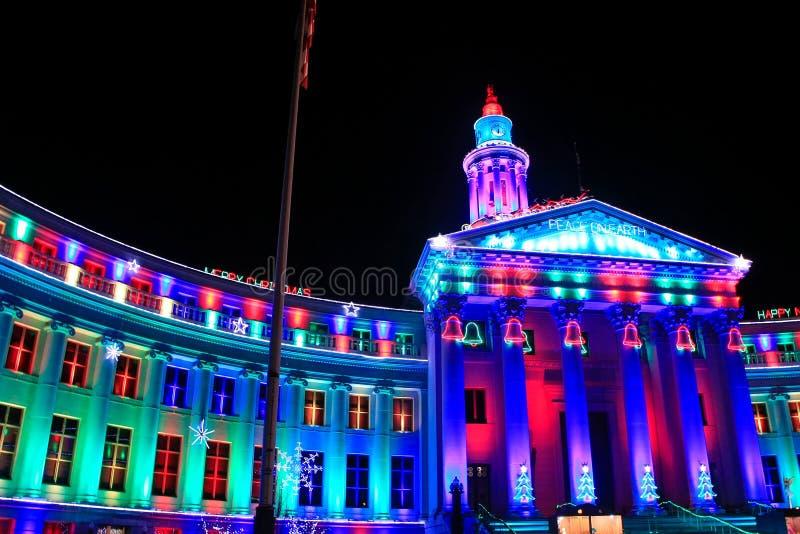 在晚上被照亮的丹佛城和县大厦,科罗拉多 免版税库存图片