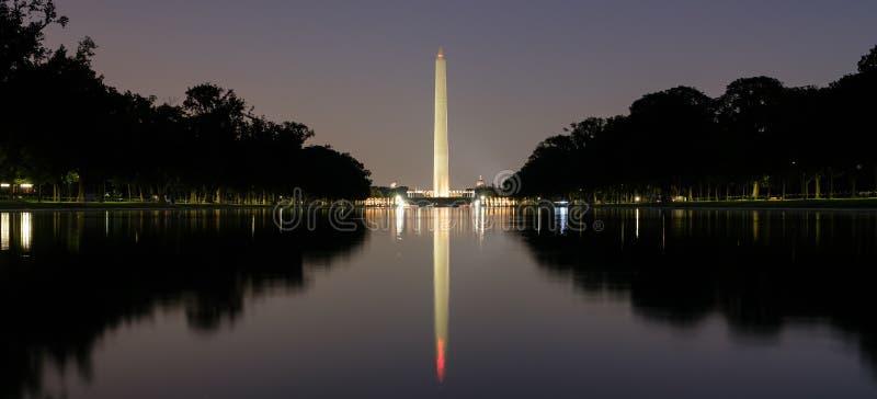 在晚上被照亮的华盛顿纪念碑 免版税库存照片