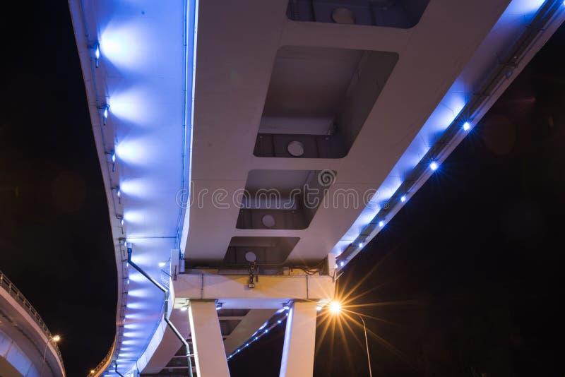 在晚上被照亮的桥梁 库存照片