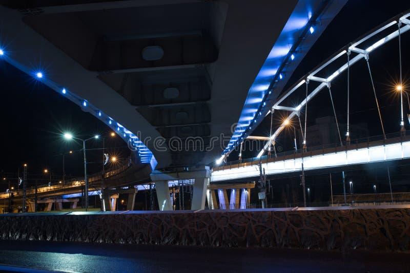 在晚上被照亮的桥梁 图库摄影