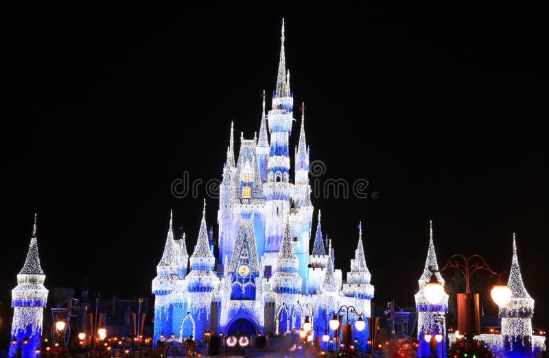 在晚上被照亮的灰姑娘城堡在不可思议的王国,佛罗里达 免版税图库摄影