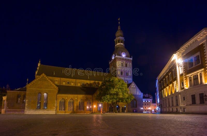 在晚上被照亮的里加大教堂 库存照片