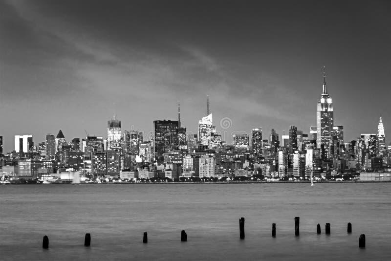 在晚上被阐明的纽约地平线 免版税库存照片