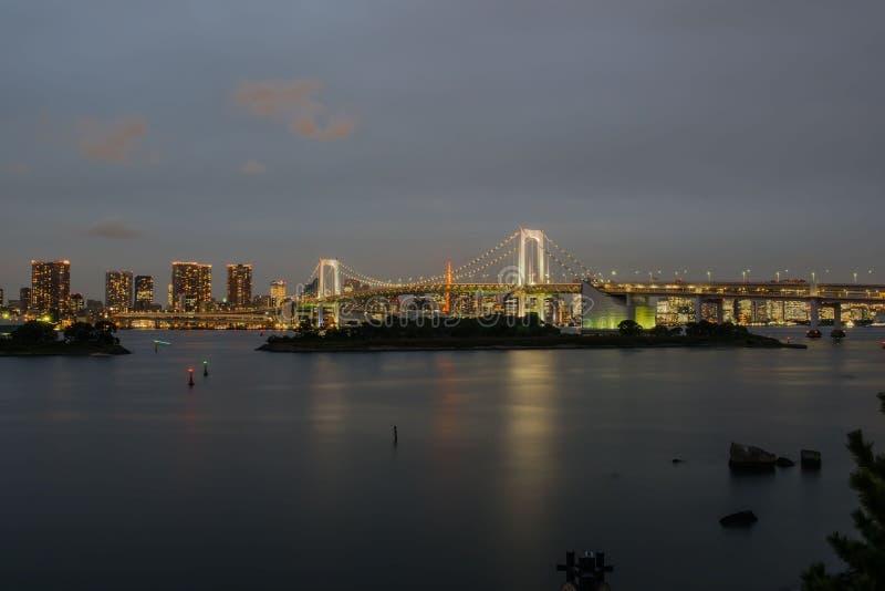 在晚上观看彩虹桥梁odaiba东京日本 免版税库存图片
