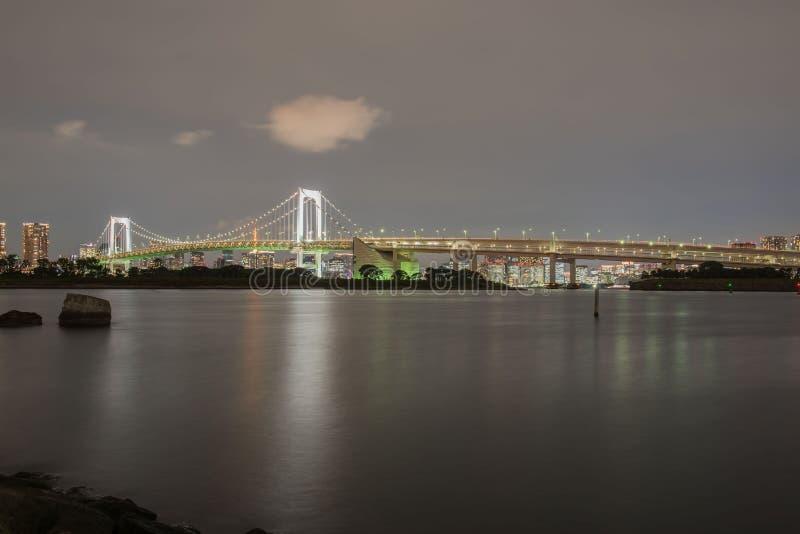 在晚上观看彩虹桥梁odaiba东京日本 免版税库存照片