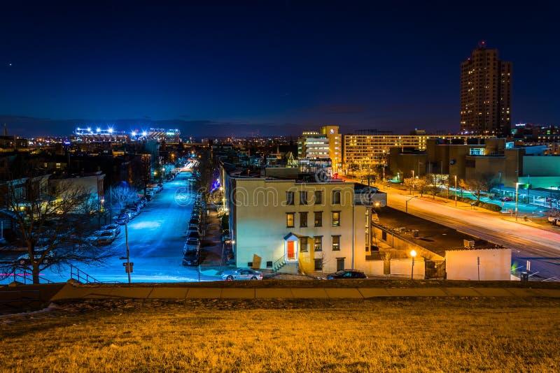 在晚上观看从联邦小山的西部,在巴尔的摩,马里兰 库存图片