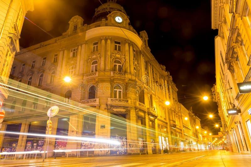 在晚上调整在萨格勒布街道的足迹在萨格勒布,克罗地亚 免版税库存照片