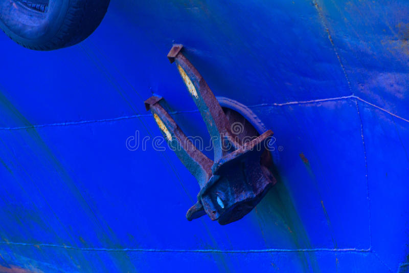 在晚上运输在傲德萨港的船锚  免版税库存图片