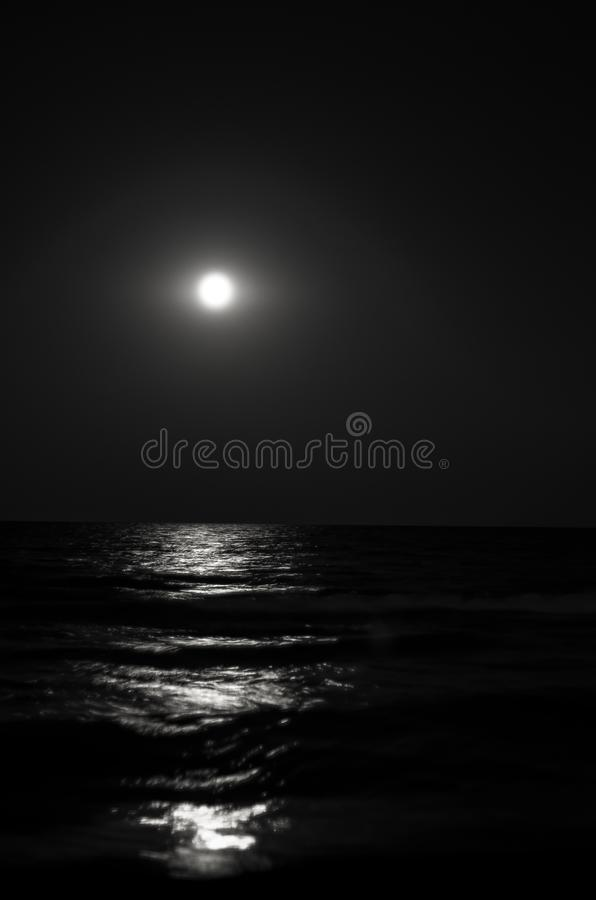 在晚上,在海的波浪的月光虚度 展望期 库存照片